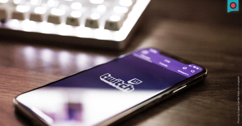 Smartphone auf Tisch mit geoeffneter Twitch App
