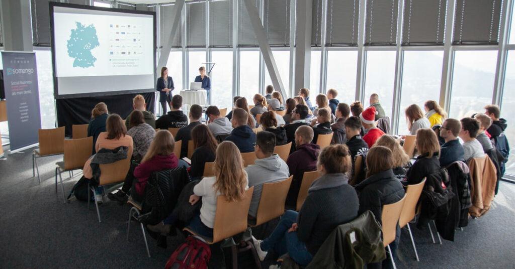 Studenten sitzen in Vortrag von Somengo