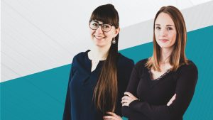 Samantha und Ulrike vor blau-weißem Hintergrund