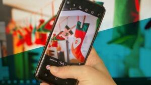 Smartphone fotografiert einen Adventskalender