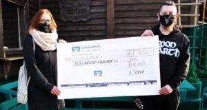 Zwei Personen mit Spendenscheck über 600€ an das Tierheim in Schleiz