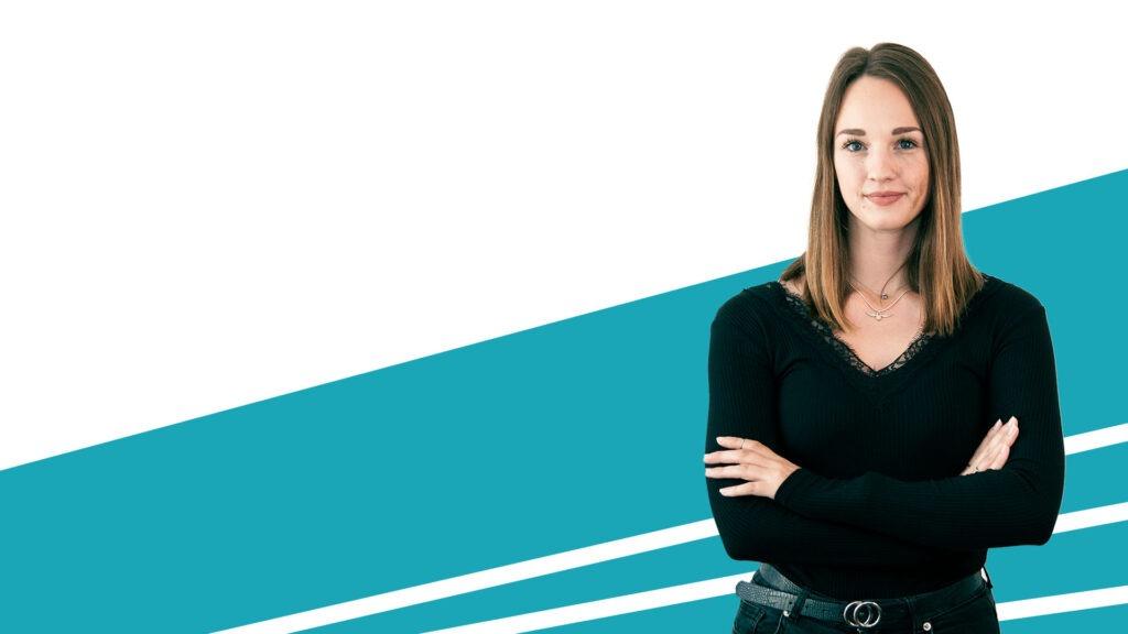 Frau vor blau-weißem Hintergrund