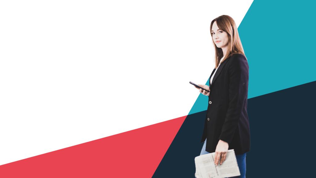 Frau mit Smartphone und Zeitung vor buntem Hintergrund