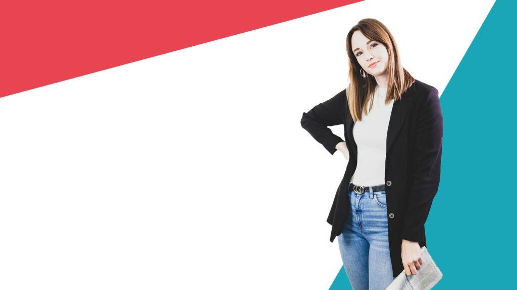Frau mit Zeitung in der Hand vor buntem Hintergrund