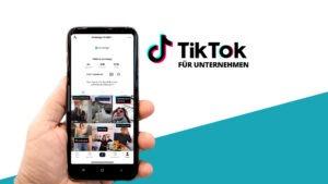 Handy mit TikTok Screenshot und TikTok Logo