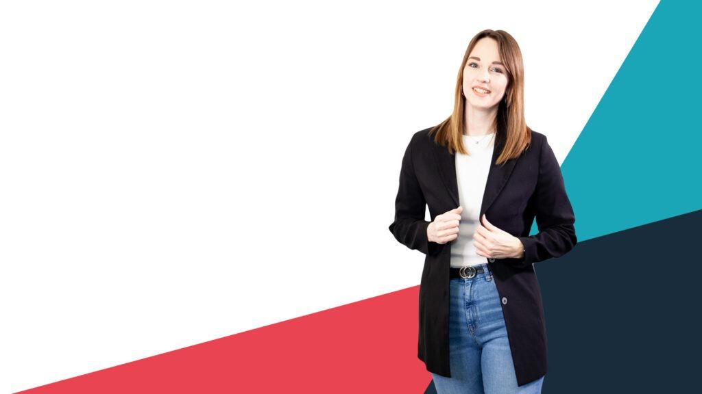 Frau in Blazer vor buntem Hintergrund