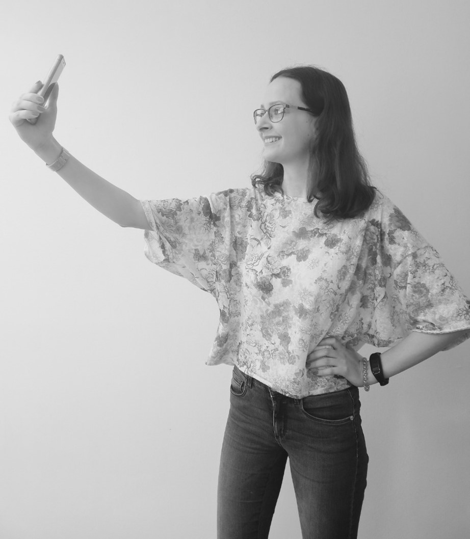 Frau, die mit dem Handy ein Selfie von sich macht