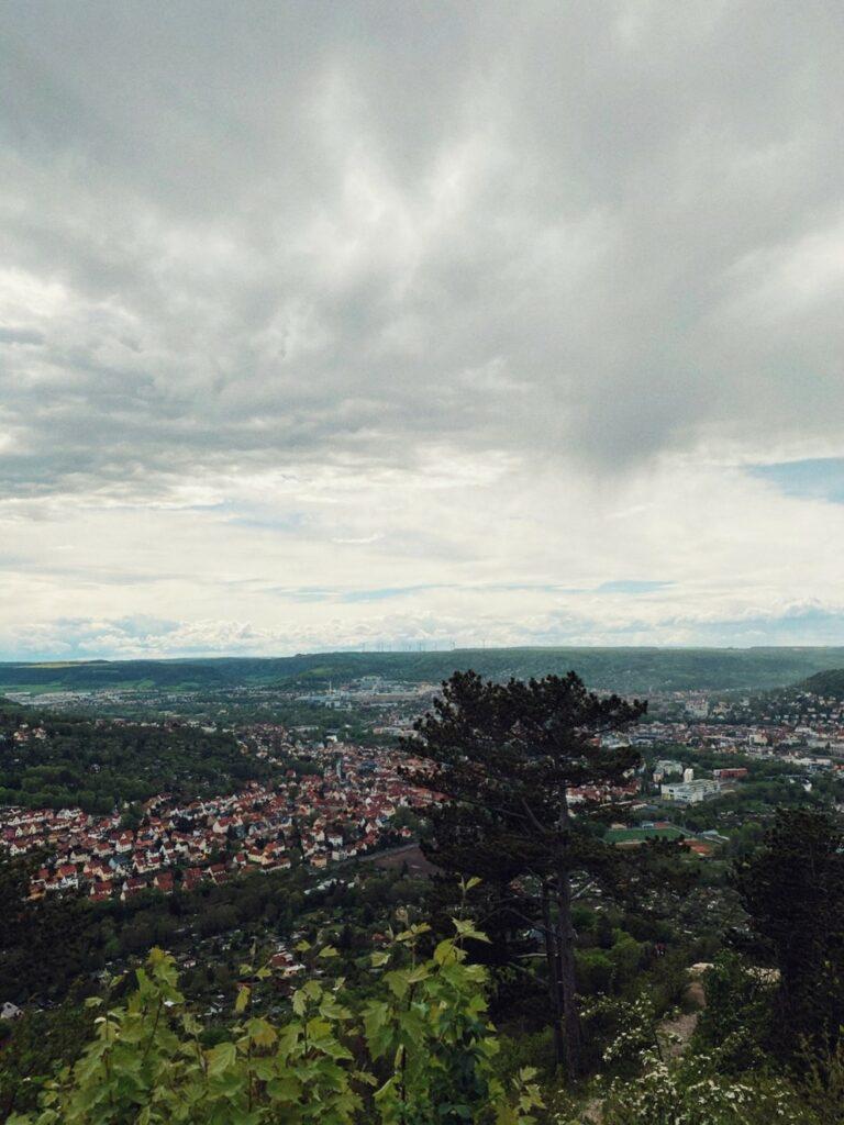 Blick von einem Berg auf die Stadt