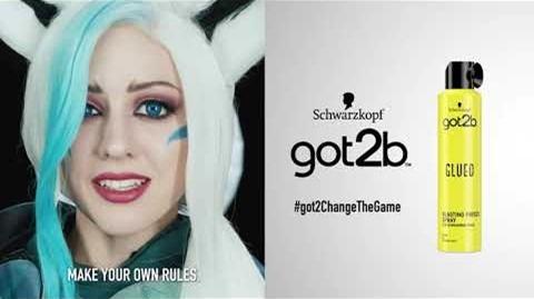 Junge Frau in Cosplay neben Werbung für got2b