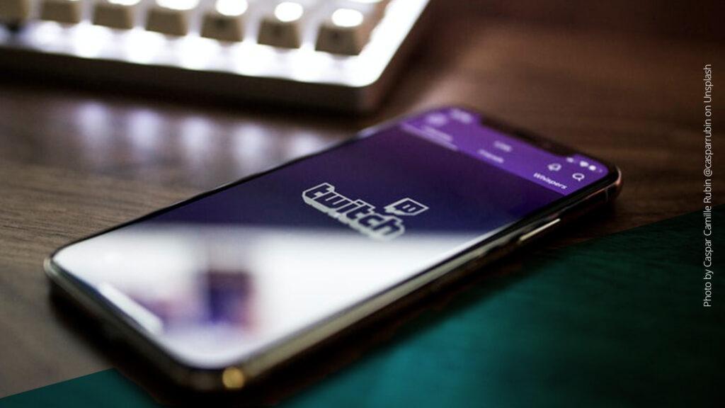 Smartphone liegt auf einem Tisch und zeigt das Twitch-Logo
